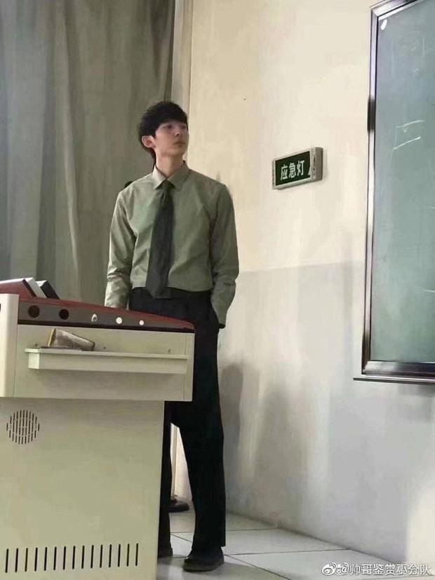 Bị chụp lén, giảng viên vẫn điển trai và ngời ngời phong độ bất chấp cam thường - Ảnh 2.