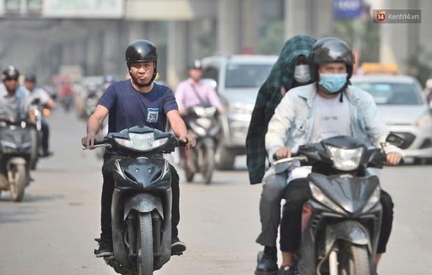 Hà Nội: Người dân, du khách nhăn mặt nhíu mày với nắng nóng 41 độ C giữa trưa hè - Ảnh 11.