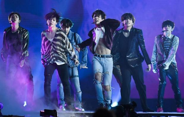 Soi trình tiếng Anh của 2 nhóm nhạc toàn cầu BTS và Black Pink: Bất ngờ với lỗ hổng đáng quan ngại của đại diện YG - Ảnh 11.