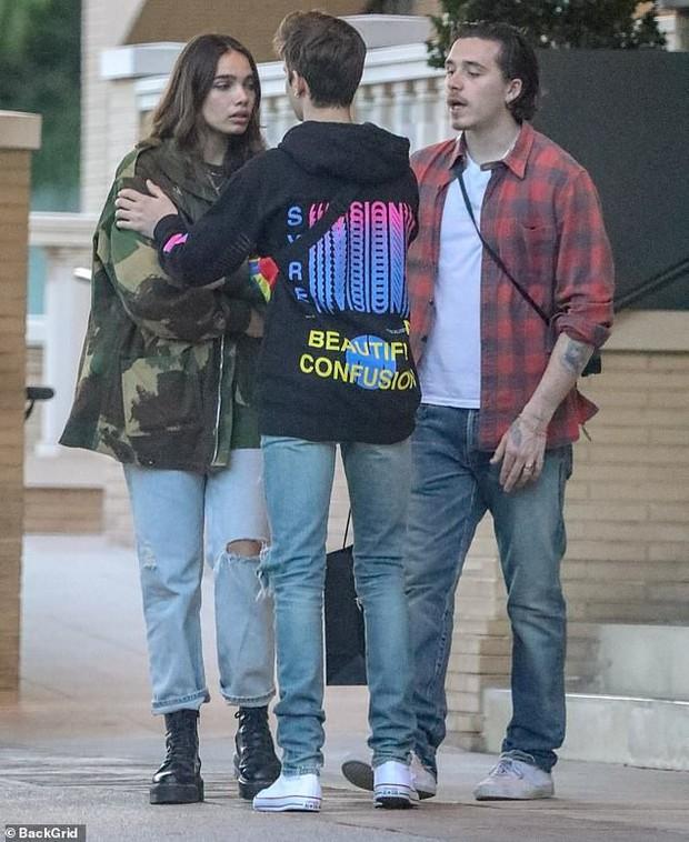 Brooklyn Beckham bỗng bật khóc khi tranh cãi nảy lửa cùng bạn gái trên phố, em trai phải đứng ra hòa giải - Ảnh 2.