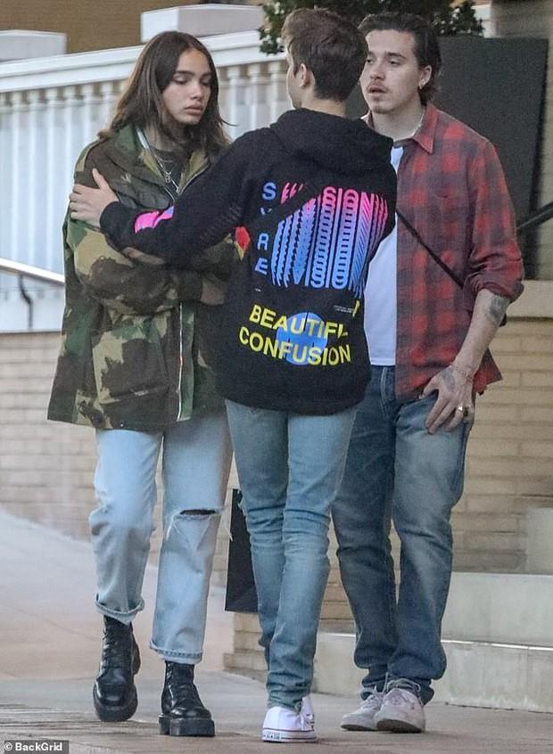 Brooklyn Beckham bỗng bật khóc khi tranh cãi nảy lửa cùng bạn gái trên phố, em trai phải đứng ra hòa giải - Ảnh 1.