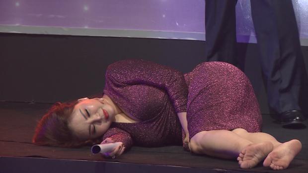 Lê Giang được tặng mác chúa ăn gian khi nằm một đống trên sân khấu tranh giành thí sinh - Ảnh 2.