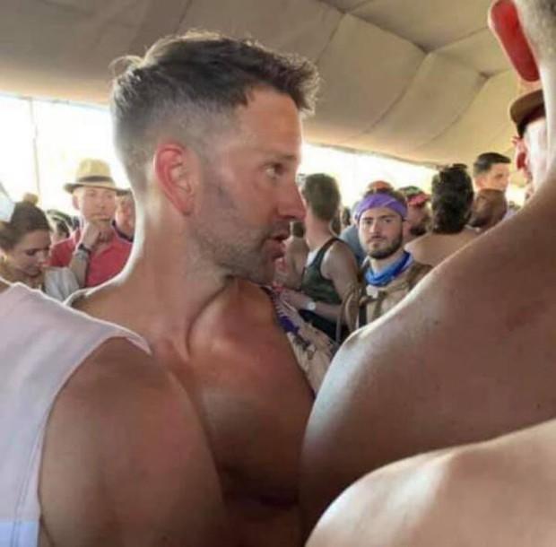 Cựu nghị sĩ Mỹ từng phản đối đồng tính bị bắt gặp đang hôn trai lạ tại nhạc hội Coachella - Ảnh 4.