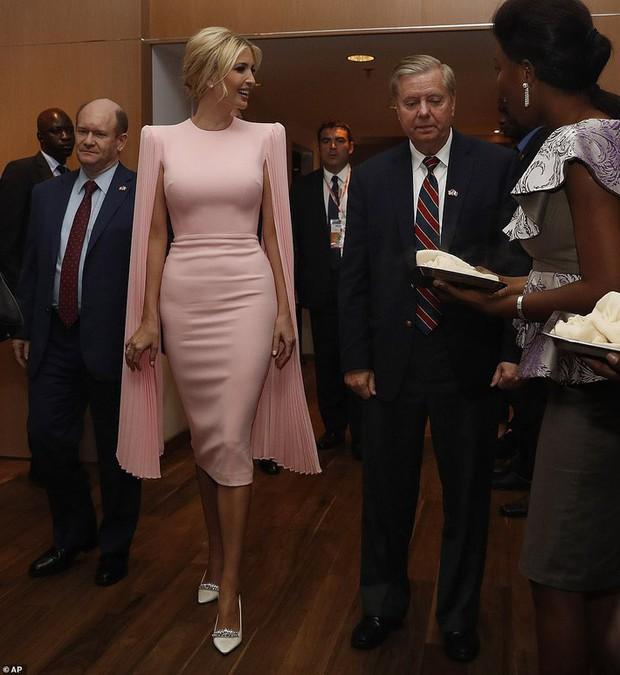 Đụng váy bất phân thắng bại với Miranda Kerr, khó mà tin Ivanka Trump đã là mẹ 3 con với body đẹp đỉnh cao - Ảnh 2.