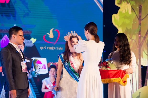 Đỗ Mỹ Linh đẹp nền nã trên hàng ghế giám khảo cuộc thi sắc đẹp dành riêng cho người khuyết tật - Ảnh 9.