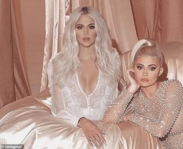 Ảnh gia đình Kardashian tưởng sang, quyền lực nhưng đầy lỗi photoshop: Giàu mà chẳng thuê nổi người chỉnh ảnh có tâm - Ảnh 3.