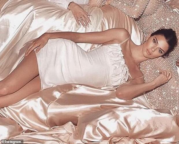 Ảnh gia đình Kardashian tưởng sang, quyền lực nhưng đầy lỗi photoshop: Giàu mà chẳng thuê nổi người chỉnh ảnh có tâm - Ảnh 5.