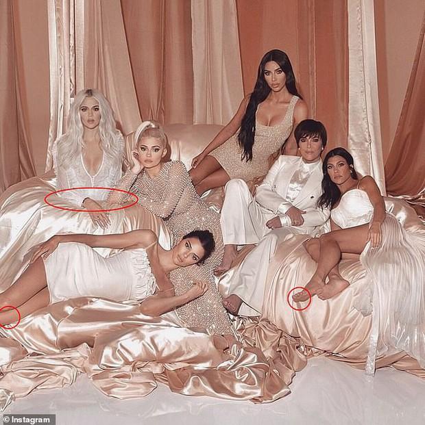 Ảnh gia đình Kardashian tưởng sang, quyền lực nhưng đầy lỗi photoshop: Giàu mà chẳng thuê nổi người chỉnh ảnh có tâm - Ảnh 2.