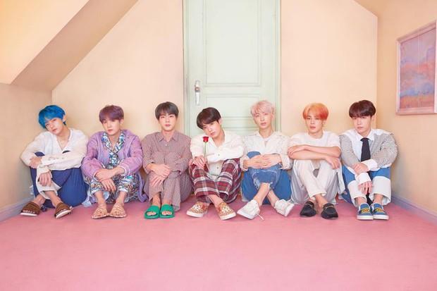BTS tung thêm ảnh teaser: Một thành viên chơi trội với trang phục già dặn và đôi dép chói hơn mái ngói - Ảnh 1.