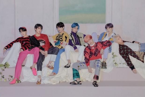 BTS tung thêm ảnh teaser: Một thành viên chơi trội với trang phục già dặn và đôi dép chói hơn mái ngói - Ảnh 9.