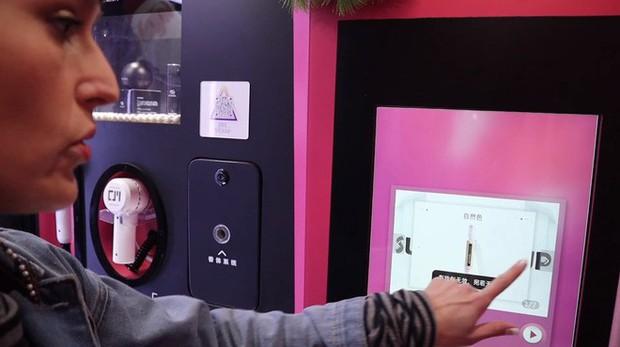 Trung Quốc ra mắt trạm sạc nhan sắc để chị em trau chuốt ngoại hình một cách kín đáo nơi công cộng - Ảnh 6.