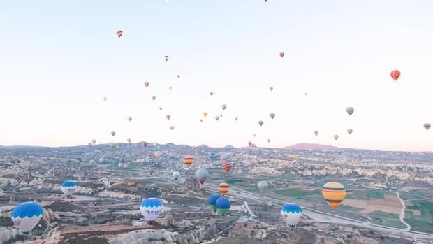 Loạt trải nghiệm cực đã của cô bạn người Việt tại Cappadocia (Thổ Nhĩ Kì): Ngủ trong hang, bay cùng khinh khí cầu, lái xe jeep qua thung lũng - Ảnh 1.