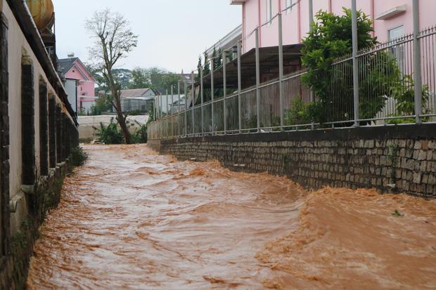 Đà Lạt mưa lớn kéo dài, nhiều nơi ngập nặng, người dân cuống cuồng lội nước - Ảnh 1.