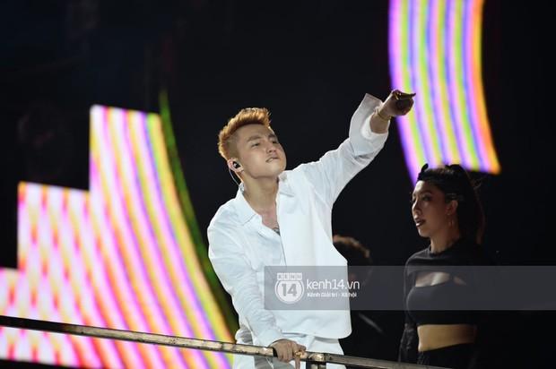 Sơn Tùng M-TP hát liền 4 bản hit đình đám, cùng ông hoàng nhạc Trance DJ Armin Van Buuren khuấy động hàng ngàn khán giả Hà thành - Ảnh 6.