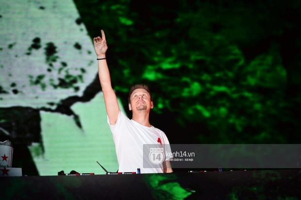 Sơn Tùng M-TP hát liền 4 bản hit đình đám, cùng ông hoàng nhạc Trance DJ Armin Van Buuren khuấy động hàng ngàn khán giả Hà thành - Ảnh 9.