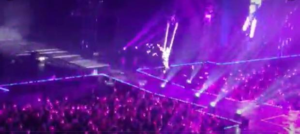 Màn trình diễn nóng bỏng hơn cả BTS: Thủ lĩnh MAMAMOO đu dây, xé toạc áo khi cover FIRE - Ảnh 2.