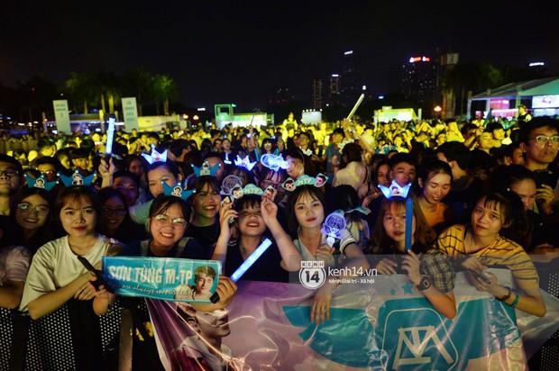 Sơn Tùng M-TP hát liền 4 bản hit đình đám, cùng ông hoàng nhạc Trance DJ Armin Van Buuren khuấy động hàng ngàn khán giả Hà thành - Ảnh 10.