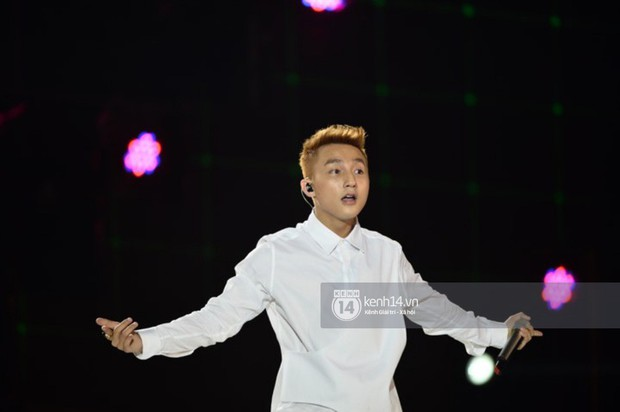 Sơn Tùng M-TP diện áo trắng chuẩn soái ca, Min xuất hiện không mệt tại sự kiện lớn ở Hà Nội - Ảnh 2.