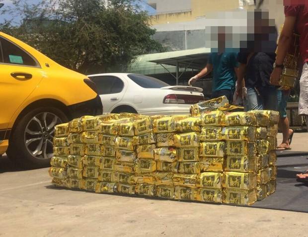 Bắt giữ 1,1 tấn ma túy giả dạng gói trà được cất giấu trong loa thùng ở TP.HCM - Ảnh 3.