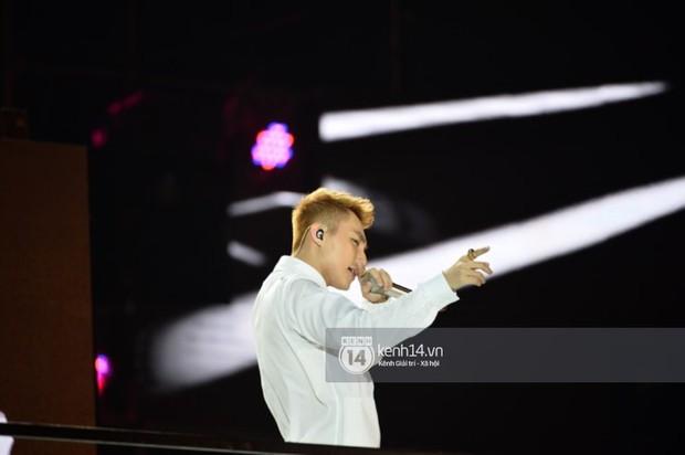 Sơn Tùng M-TP hát liền 4 bản hit đình đám, cùng ông hoàng nhạc Trance DJ Armin Van Buuren khuấy động hàng ngàn khán giả Hà thành - Ảnh 5.