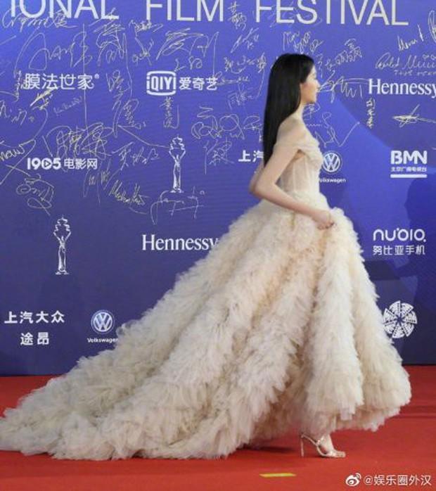 Quan Hiểu Đồng chặt đẹp thảm đỏ LHP Bắc Kinh bằng vẻ tinh khôi tựa tiên tử - Ảnh 3.