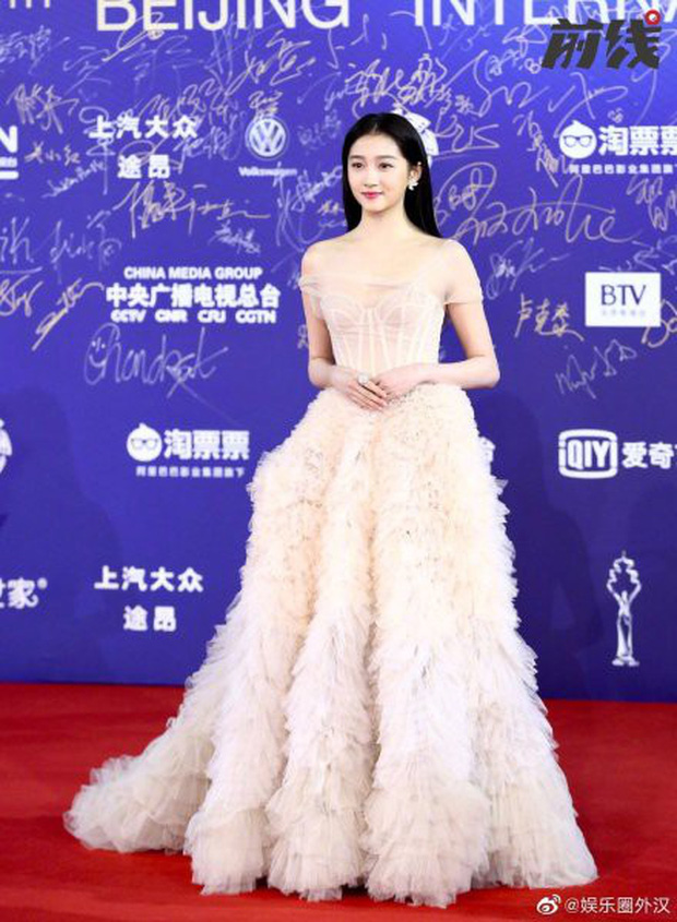 Quan Hiểu Đồng chặt đẹp thảm đỏ LHP Bắc Kinh bằng vẻ tinh khôi tựa tiên tử - Ảnh 5.