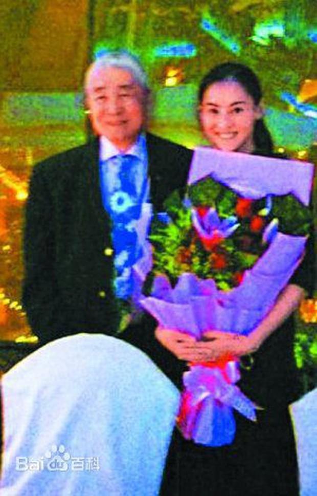 Hé lộ cha nuôi đại gia chống lưng cho Trương Bá Chi: Gia sản ngàn tỷ, từng vì con gái mà làm điều này - Ảnh 3.