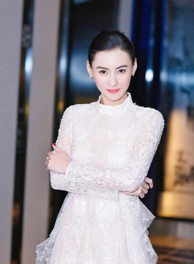 Hé lộ cha nuôi đại gia chống lưng cho Trương Bá Chi: Gia sản ngàn tỷ, từng vì con gái mà làm điều này - Ảnh 1.
