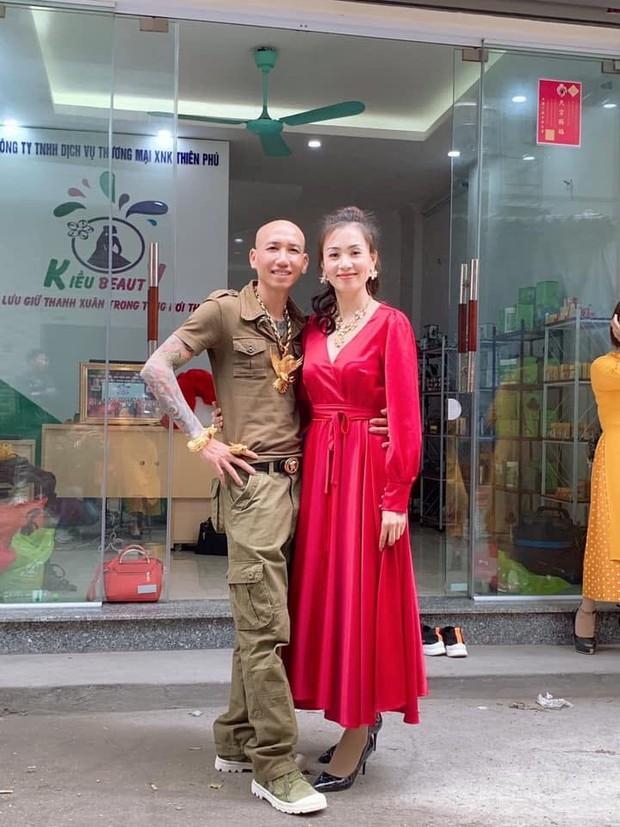 Đời chỉ là thế thôi: Vợ chồng ca sĩ Phú Lê bị điều tra vì quảng cáo thuốc không giấy phép với tác dụng... trên trời - Ảnh 1.