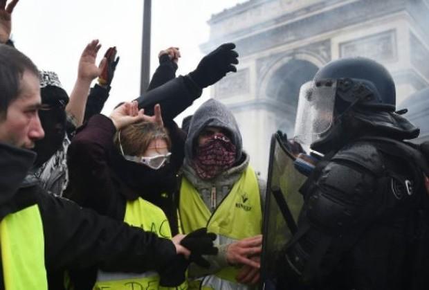Người biểu tình Áo vàng tiếp tục xuống đường sau vụ cháy Nhà thờ Đức Bà Paris - Ảnh 1.