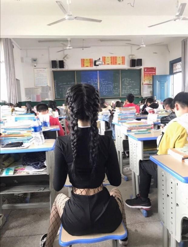 Khoe ảnh eo thon trong lớp, nữ sinh bị dân mạng ném đá đồng loạt: Làm ơn đi, đây là trường học mà! - Ảnh 1.