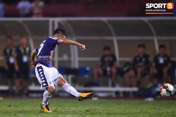 Quang Hải ăn mừng ngạo nghễ như Ronaldo sau khi ghi bàn nhấn chìm Hải Phòng - Ảnh 1.