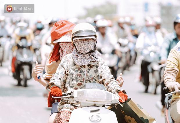 Clip nỗi niềm chị em Sài Gòn những ngày nóng đổ lửa: Có ai muốn mặc nguyên combo ninja ra đường như thế này đâu! - Ảnh 1.