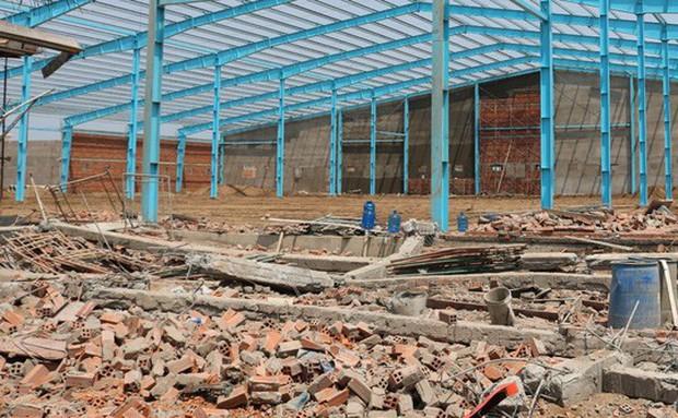Nạn nhân thứ 7 tử vong trong vụ sập tường ở Vĩnh Long - Ảnh 1.