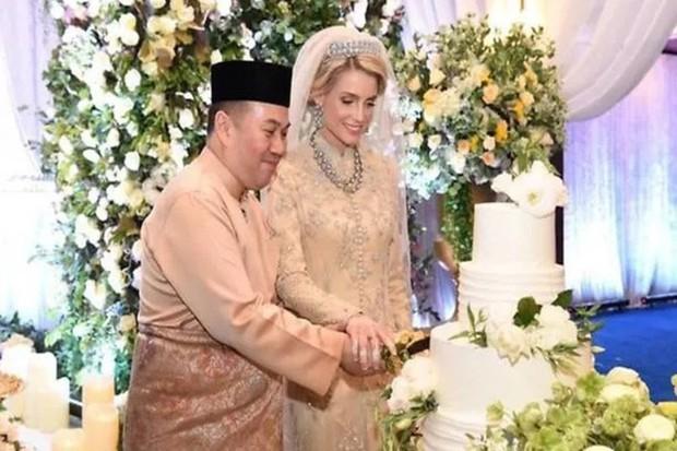 Nối gót Quốc vương, Thái tử Malaysia kết hôn với người đẹp Thuỵ Điển - Ảnh 1.