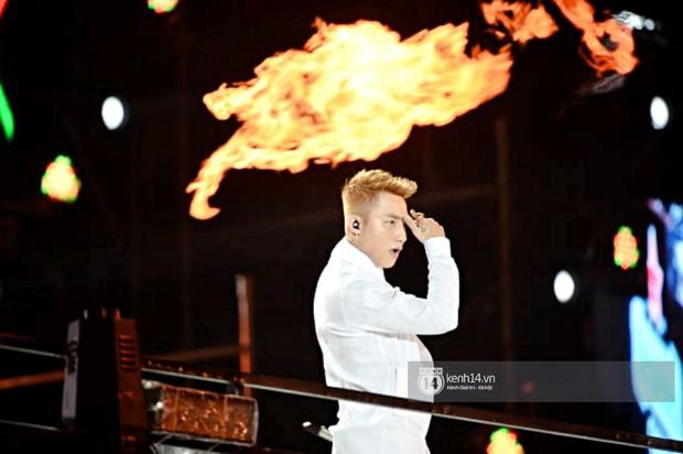 Sơn Tùng M-TP diện áo trắng chuẩn soái ca, Min xuất hiện không mệt tại sự kiện lớn ở Hà Nội - Ảnh 1.