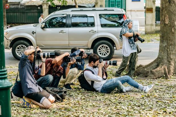 Mùa lá sấu tung bay, người dân kéo tới chụp ảnh ở con đường lãng mạn nhất Thủ đô dù nắng nóng 40 độ C - Ảnh 12.