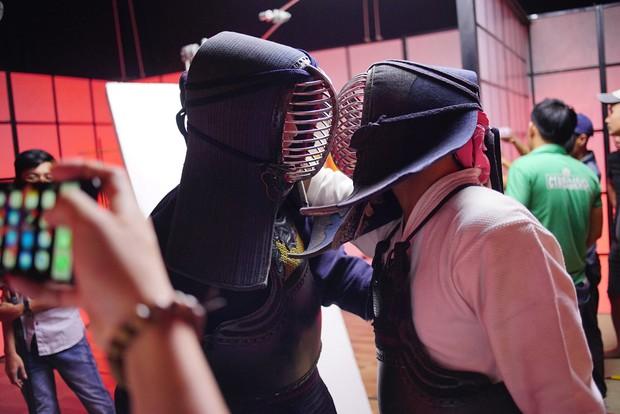 Khán giả nhiệt tình đẩy thuyền khi đôi trai đẹp B Trần và Harry Lu đấu kiếm trong phim mới - Ảnh 4.