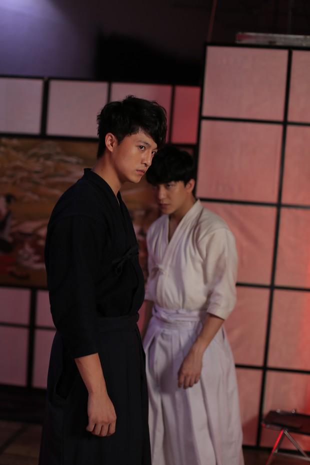 Khán giả nhiệt tình đẩy thuyền khi đôi trai đẹp B Trần và Harry Lu đấu kiếm trong phim mới - Ảnh 12.