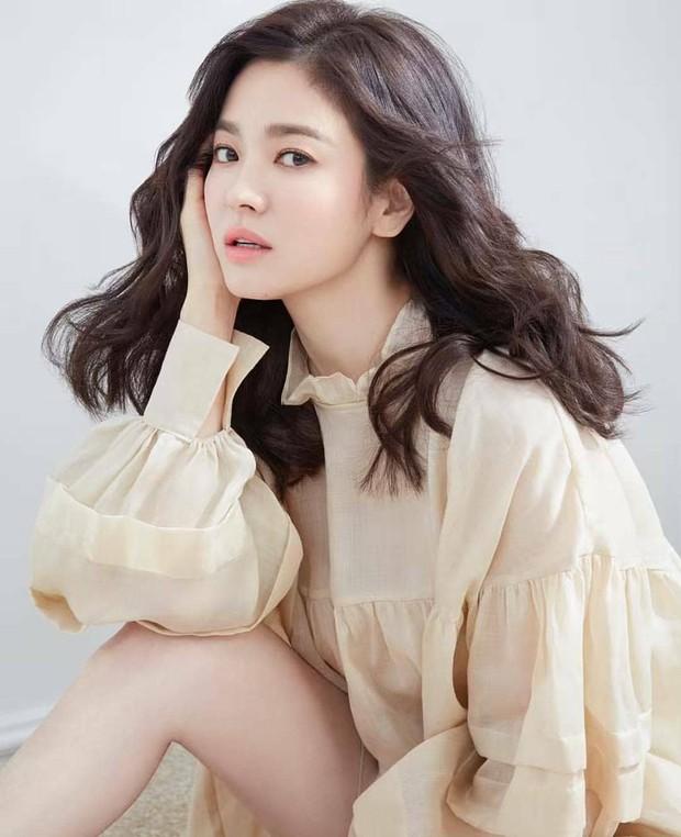 Vừa bị chê già, Song Hye Kyo dập lại bằng bộ ảnh tạp chí gây ngỡ ngàng: 38 tuổi mà trẻ đẹp, body nuột như gái 20 - Ảnh 4.