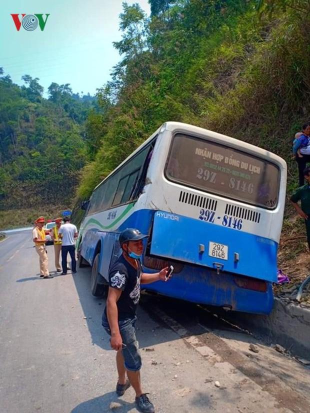 Xe chở cựu chiến binh mất phanh trên đèo Pha Đin, 4 người bị thương - Ảnh 2.