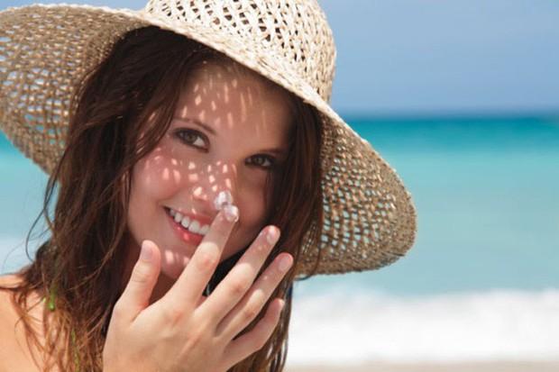 Kem chống nắng là vật bất ly thân ngày nắng nóng nhưng dùng thế nào mới đúng? - Ảnh 2.