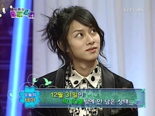 Thánh lầy Heechul (Super Junior) lại chơi nổi khi... cột tóc đuôi gà cài nơ trắng đi chấm thi - Ảnh 6.