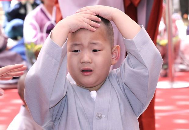 Loạt sắc thái đáng yêu hết nấc của các chú tiểu trong ngày xuống tóc đón lễ Phật Đản ở Hàn Quốc - Ảnh 4.