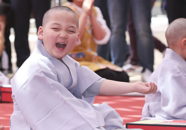 Loạt sắc thái đáng yêu hết nấc của các chú tiểu trong ngày xuống tóc đón lễ Phật Đản ở Hàn Quốc - Ảnh 9.