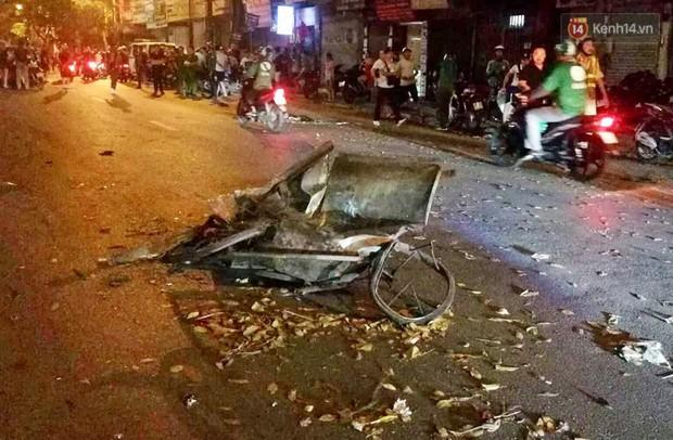 Nóng: Ô tô đâm liên hoàn trên đường phố Hà Nội, ít nhất 1 công nhân môi trường tử vong - Ảnh 4.