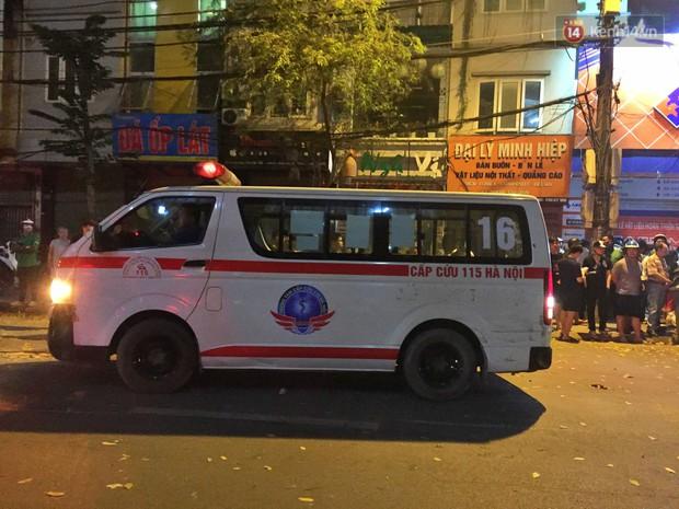Nóng: Ô tô đâm liên hoàn trên đường phố Hà Nội, ít nhất 1 công nhân môi trường tử vong - Ảnh 8.