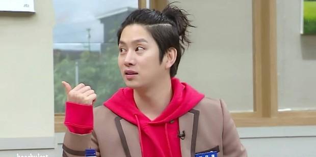 Thánh lầy Heechul (Super Junior) lại chơi nổi khi... cột tóc đuôi gà cài nơ trắng đi chấm thi - Ảnh 8.