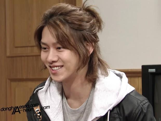 Thánh lầy Heechul (Super Junior) lại chơi nổi khi... cột tóc đuôi gà cài nơ trắng đi chấm thi - Ảnh 7.