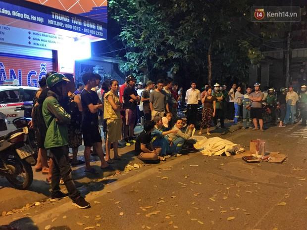 Hình ảnh đau xót: Con trai nữ công nhân môi trường gục khóc bên thi thể mẹ vụ ô tô tông liên hoàn ở Hà Nội - Ảnh 3.